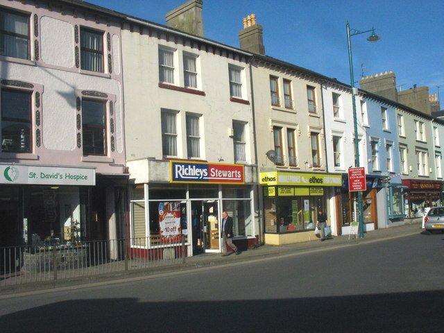 עסקים קטנים אחד ליד השני. תמונה מאתר wikimedia.org